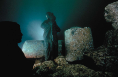 Priest carrying an Osiris-jar, and the two sphinxes found nearby. The figures were cleaned and re-erected where they had been found. ©Franck Goddio/Hilti Foundation, photo: Christoph Gerigk