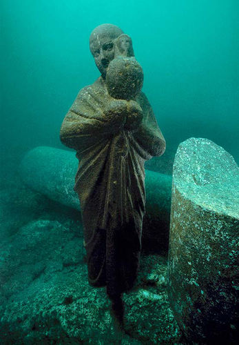 The statue of an Isis priest holding an Osiris-jar found on the sunken Island of Antirhodos in the great harbour of Alexandria. The statue from black granite is 1.22 meters high. ©Franck Goddio/Hilti Foundation, photo: Christoph Gerigk