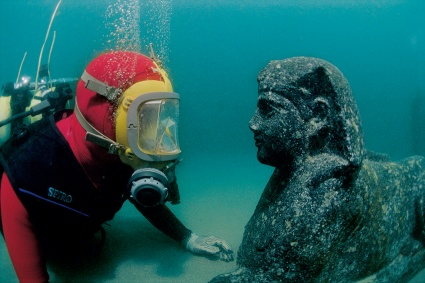 Diver facing a sphinx discovered in a temple to Isis on the Royal island of Antirhodos in the Portus Magnus of Alexandria. © Franck Goddio / HILTI Foundation