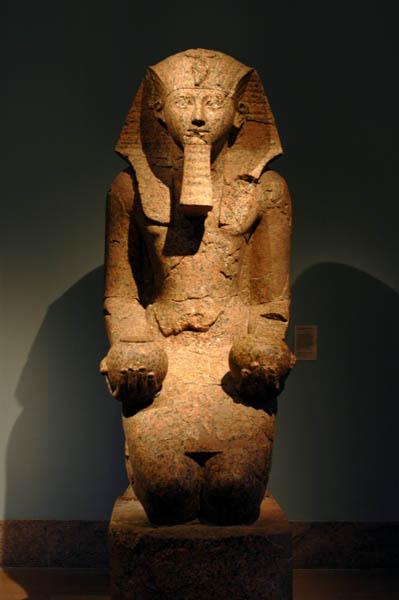 Metropolitan NY Nov-2005 0755 Hatshepsut kneeling making anoffering